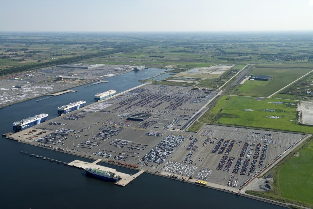 Felixstowe dockers port of zeebrugge invests in for Port zeebrugge